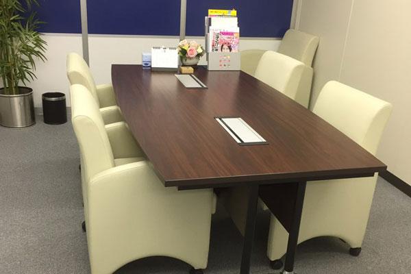 清潔で整理整頓された相談室